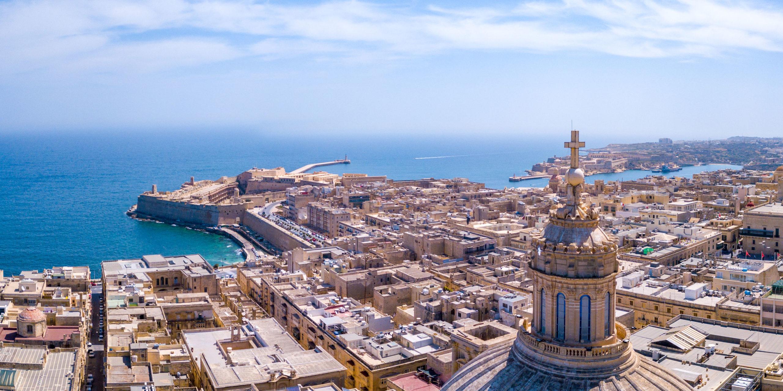 Kathedrale von Valetta auf Malta mit Blick auf das Meer